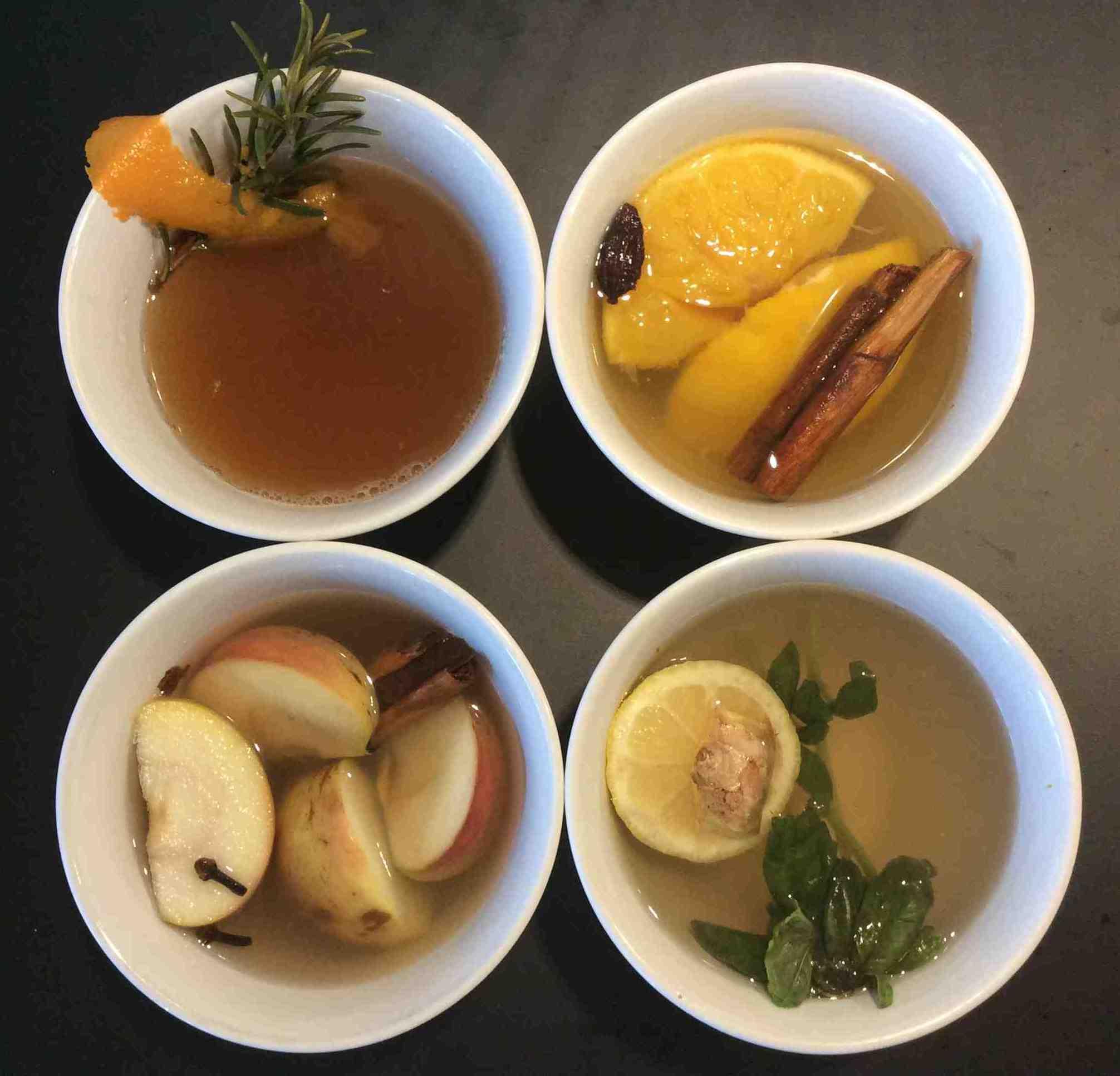 Rosmarin-Orangen-, Weihnachts-, Holunder-Basilikum- und Apfel-Glühwein (im Uhrzeigersinn)